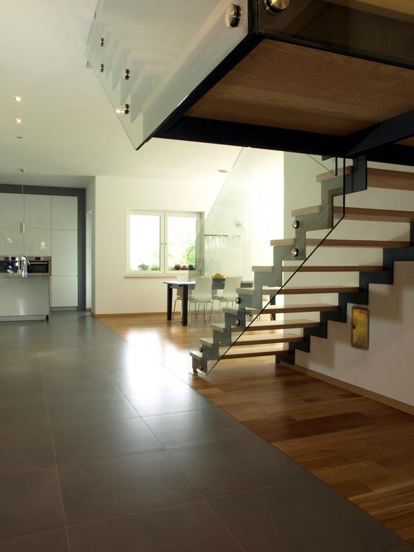 Gradlinig offen mit viel licht eab massivhaus gmbh co kg for Einfamilienhaus innenansicht