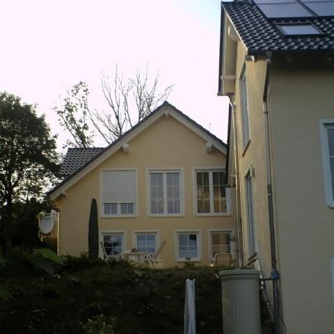 Haus von unten mit Garage